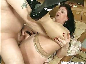 Big Tit Nylon Porn - Divorced BBW mom with big tits sucks part1