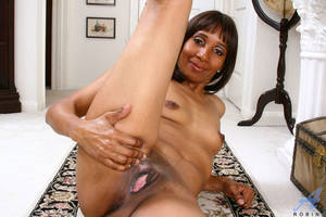 ebony cougar - Anilos cougar Robin shows off her gaping fuck hole